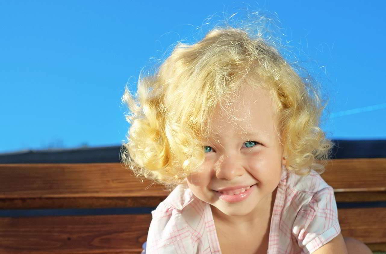 Ребенок с белыми волосами фото
