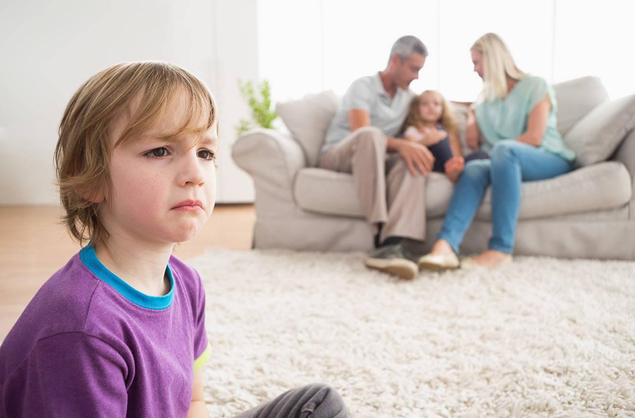 Детская ревность: что делать, если ребенок ревнует маму рекомендации